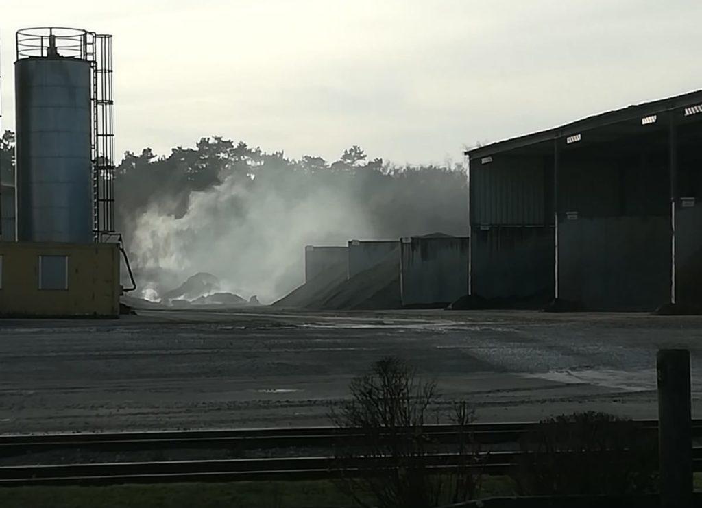 Qualmender Materialhaufen auf dem Gelände eines Betriebes in Wahlstedt